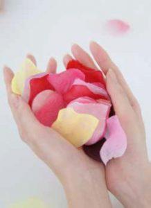 花を持っている手の写真