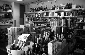 とおやま酒店の店内。地下フロアには膨大な数のワインが揃えられている