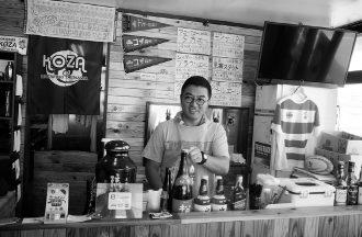 大浜さん自ら店頭に立つ。カウンター越しにタップが見られ、その壁の向こう側が醸造室になっている
