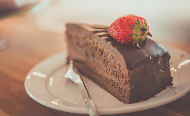 チョコ1枚でシュガースティック10本分!!砂糖をたくさん含んでいる食品に注意△