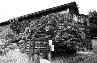 名護市にあるヘリオス酒造本社は、要塞然とした趣ある佇まいで観光客の人気スポットに。酒造りの過程を詳しくガイドしてくれる