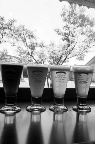 『ニヘデビール』自慢のラインナップ。地ビール喫茶では中庭の緑を眺めながらビールを味わうことができる