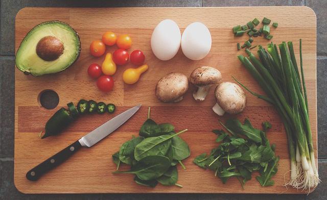《ながら食べ》が太る原因?量以外で満足感を増す食べ方のコツ