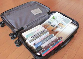 小型のスーツケースは移動本棚として