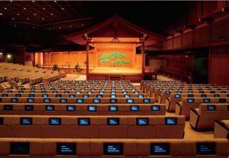 各座席で現代語訳などの字幕を見られ、初心者にはうれしい。