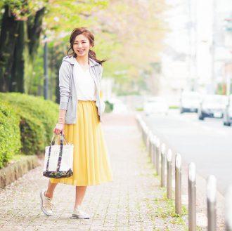ふわりと風に舞う軽やかなスカートスタイル