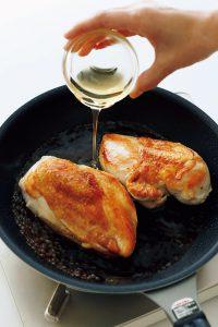はちみつを加えると風味が増し、たれにとろみもついて、淡白なとりむね肉が濃厚な味わいになる.